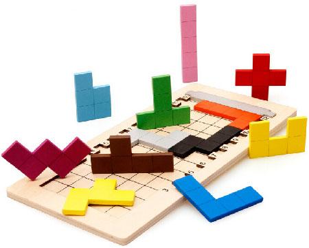 Las piezas del pentaminó son todas las transformaciones que se pueden conseguir con cinco cuadrados unidos por sus lados.