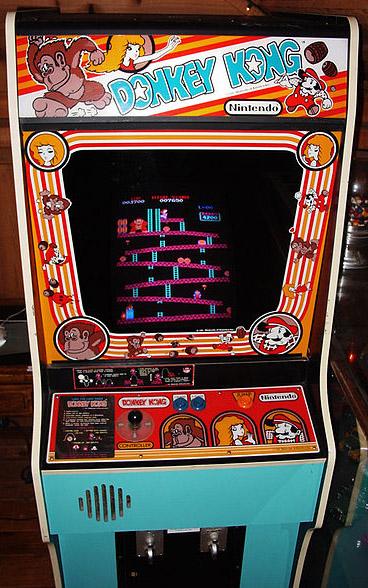 Cabinet de Donkey Kong. En los artes del mueble se explica con todo lujo como mover a nuestro Jumpman