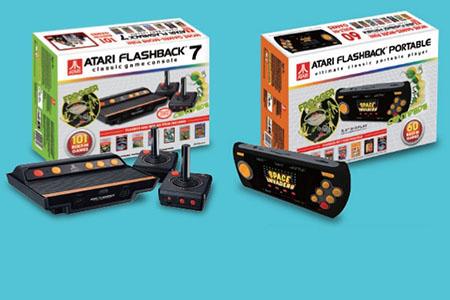 La serie Atari Flashback emula la Atari 2600 y trae unos 60 juegos en la portátil, 101 en la de sobremesa y un 'slot' para tarjeta SD. Se parecen tanto a las Sega 25 Aniv. porque su licenciador es la misma empresa AtGames.
