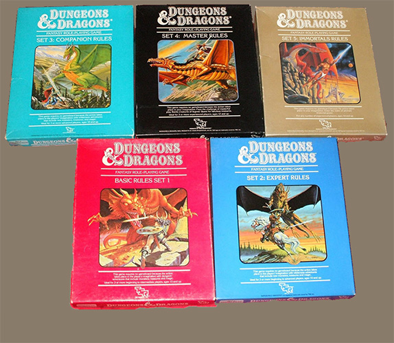 Las cinco cajas del Dungeons & Dragons. Cada caja traía los manuales, algunas aventuras y un juego de datos
