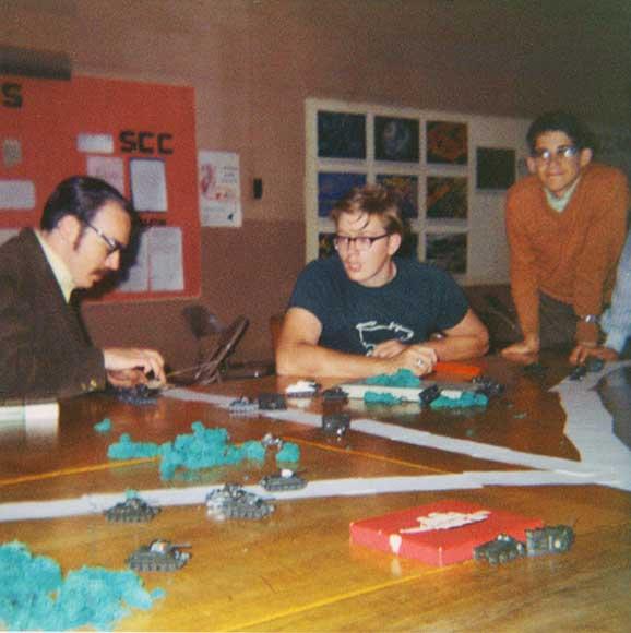A la izquierda Gary Gygax jugando wargames en la GenCon de 1970