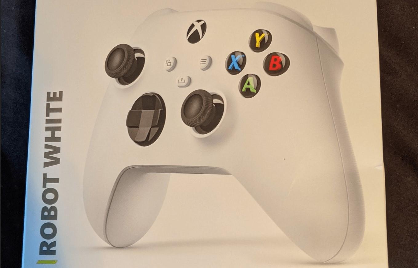 Xbox Series S se deja ver en la caja de un mando de Xbox